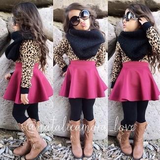 Come indossare: maglione marrone chiaro, gonna fucsia, stivali marrone chiaro, sciarpa nera