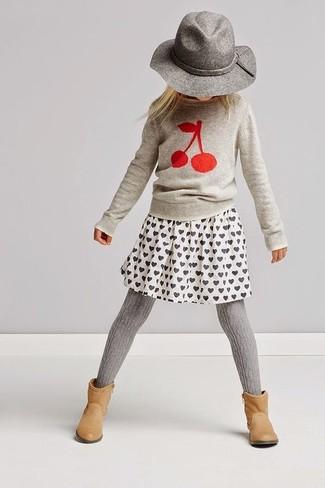 Come indossare: maglione stampato grigio, gonna stampata bianca, stivali marrone chiaro, borsalino grigio