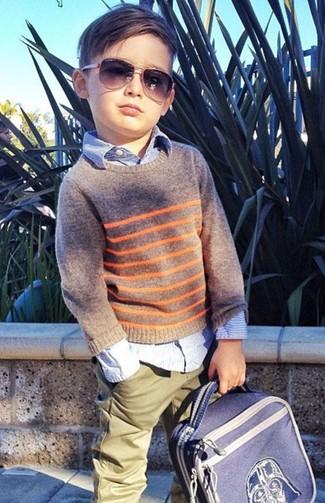 Come indossare e abbinare: maglione grigio, camicia a maniche lunghe azzurra, pantaloni verde oliva, zaino blu