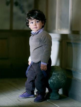Come indossare: maglione grigio, camicia a maniche lunghe blu scuro, jeans blu scuro, stivali blu scuro