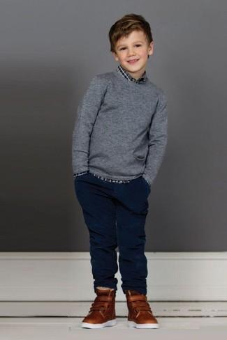 Come indossare e abbinare: maglione grigio, camicia a maniche lunghe scozzese grigia, jeans blu scuro, sneakers marroni