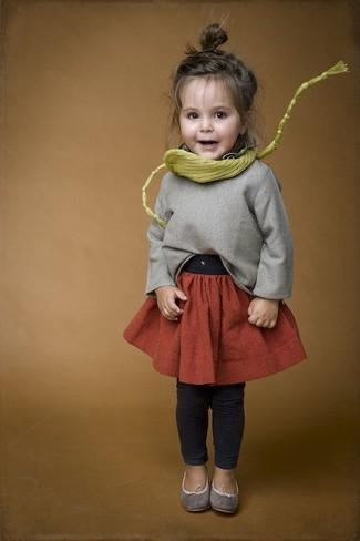 Come indossare e abbinare: maglione grigio, gonna arancione, leggings grigio scuro, ballerine grigie
