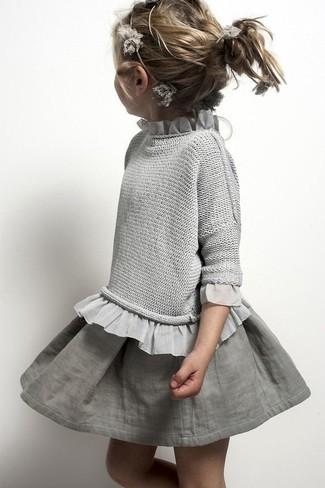 Come indossare: maglione grigio, gonna grigia