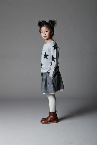 Come indossare e abbinare: maglione con stelle grigio, gonna grigia, stivali in pelle marrone scuro, collant bianco