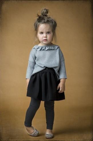 Come indossare: maglione grigio, gonna nera, leggings grigio scuro, ballerine grigie