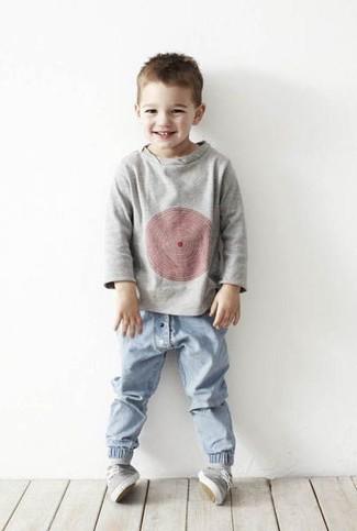 Come indossare: maglione grigio, jeans azzurri, sneakers grigie