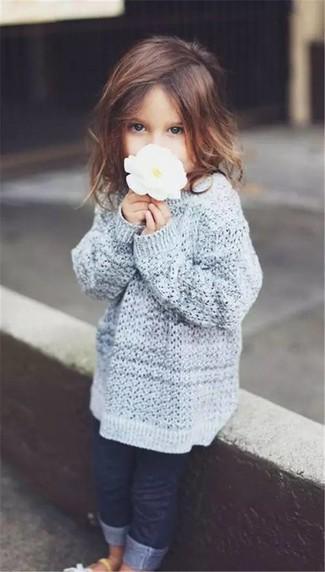 Come indossare e abbinare: maglione grigio, jeans blu scuro, sandali bianchi