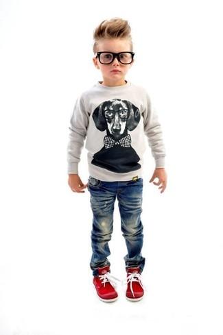 Come indossare e abbinare: maglione grigio, jeans blu, sneakers rosse