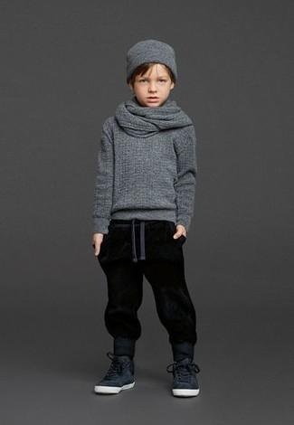 Come indossare: maglione grigio, pantaloni sportivi neri, sneakers nere, berretto grigio