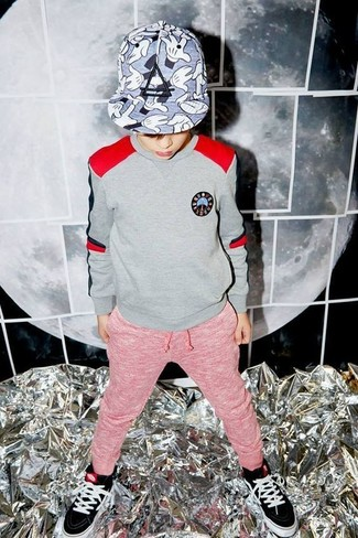 Come indossare e abbinare: maglione grigio, pantaloni sportivi rossi, sneakers nere, berretto da baseball grigio