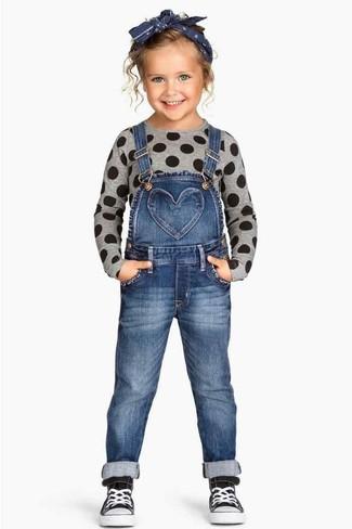 Come indossare: maglione grigio, salopette di jeans blu, sneakers nere