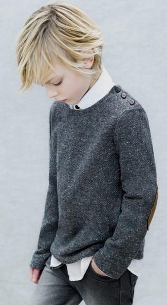 Come indossare e abbinare: maglione grigio scuro, camicia a maniche lunghe bianca, jeans grigi
