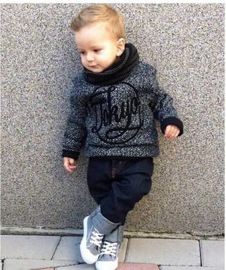 Come indossare: maglione grigio scuro, jeans blu scuro, sneakers grigie, sciarpa nera