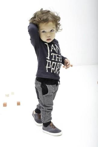 Come indossare: maglione grigio scuro, pantaloni sportivi grigi, sneakers grigie