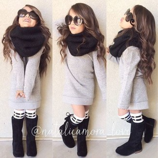 Come indossare e abbinare: maglione grigio, stivali neri, sciarpa nera, calzini a righe orizzontali bianchi e neri