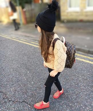 Come indossare: maglione marrone chiaro, jeans neri, sneakers rosse, zaino marrone scuro