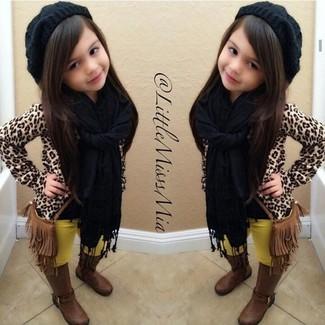 Come indossare: maglione leopardato marrone chiaro, leggings gialli, stivali marroni, cuffia nero