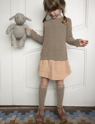 Come indossare e abbinare: maglione marrone, gonna a pois beige, sandali marroni, calzini marroni
