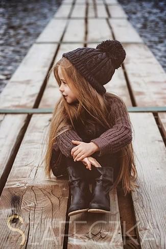Come indossare e abbinare: maglione marrone, leggings neri, stivali neri, cuffia nero