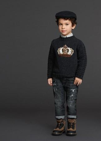 Come indossare e abbinare: maglione stampato nero, camicia a maniche lunghe stampata bianca, jeans grigio scuro, stivali marroni