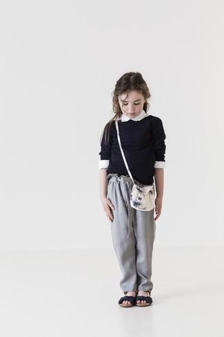 Come indossare: maglione nero, camicia a maniche lunghe bianca, pantaloni grigi, sandali neri