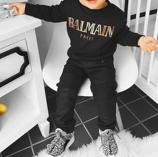 Come indossare: maglione nero, jeans neri, sneakers grigie