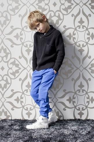 Come indossare e abbinare: maglione nero, pantaloni blu, sneakers bianche