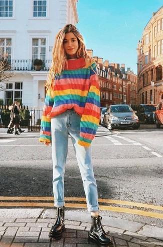Trend da donna 2020: Scegli un outfit composto da un maglione oversize a righe orizzontali multicolore e jeans boyfriend azzurri per le giornate pigre. Scegli uno stile classico per le calzature e opta per un paio di stivali piatti stringati in pelle neri.