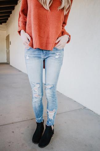 Come indossare: maglione oversize arancione, jeans aderenti strappati azzurri, stivali chelsea in pelle scamosciata neri, orologio argento
