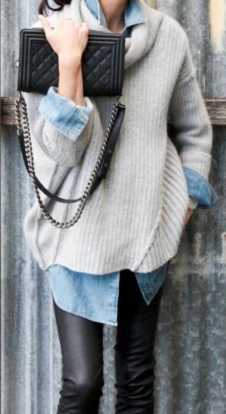 Questo abbinamento di un maglione oversize beige e jeans aderenti in pelle neri offre uno stile molto casual e alla mano.