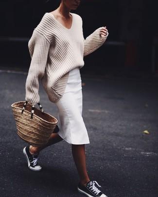 Come indossare: maglione oversize lavorato a maglia beige, gonna a tubino bianca, sneakers basse nere e bianche, borsa shopping di paglia marrone chiaro