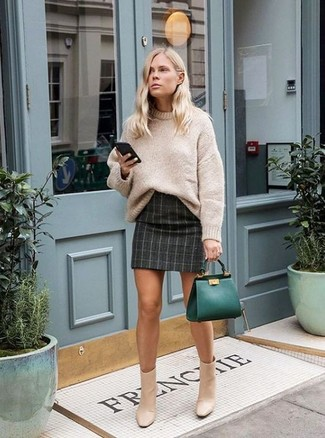 Come indossare: maglione oversize lavorato a maglia beige, minigonna a quadri grigio scuro, stivaletti in pelle beige, borsa shopping in pelle verde scuro