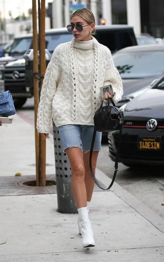 Trend da donna 2020 quando fa caldo: Potresti indossare un maglione oversize lavorato a maglia bianco e una bermuda di jeans azzurra per vestirti casual. Questo outfit si abbina perfettamente a un paio di stivaletti in pelle bianchi.
