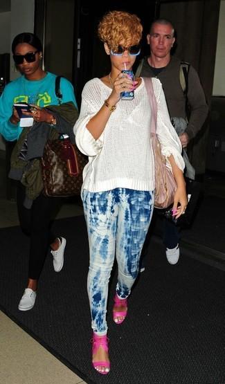 Come indossare e abbinare: maglione oversize lavorato a maglia bianco, jeans aderenti effetto tie-dye azzurri, sandali con tacco in pelle fucsia, borsa shopping di tela rosa