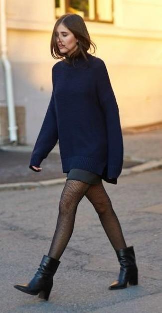 Come indossare e abbinare: maglione oversize blu scuro, minigonna nera, stivaletti in pelle neri, collant a rete nero