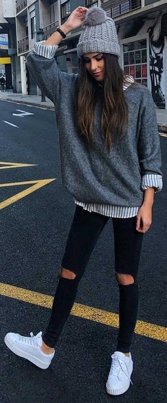 Una scelta semplice come un maglione oversize grigio e un cuffia grigio può distinguerti dalla massa. Completa il tuo abbigliamento con un paio di sneakers basse in pelle bianche.