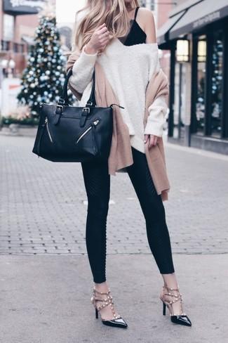 Come indossare: maglione oversize beige, canotta di pizzo nera, leggings neri, décolleté in pelle con borchie neri