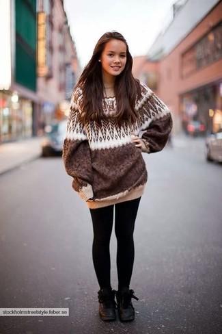 Come indossare: maglione oversize con motivo fair isle marrone, leggings neri, stivali piatti stringati in pelle neri