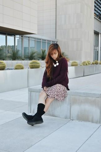 Questo abbinamento di un maglione oversize melanzana scuro e una gonna a pieghe a fiori bordeaux offre uno stile molto casual e alla mano. Impreziosisci il tuo outfit con scarpe oxford in pelle scamosciata nere.