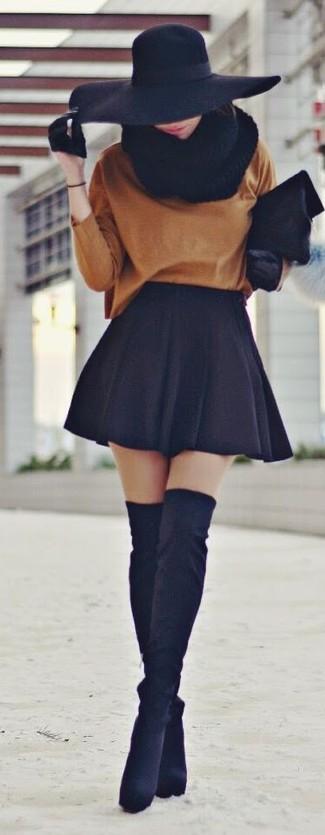 Come indossare: maglione oversize terracotta, gonna a pieghe nera, stivali sopra il ginocchio in pelle scamosciata neri, pochette di pelliccia nera