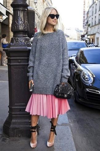 Come indossare: maglione oversize lavorato a maglia grigio, gonna longuette a pieghe rosa, décolleté di velluto rosa, cartella in pelle nera