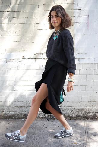 Come indossare e abbinare: maglione oversize grigio scuro, gonna longuette con spacco nera, scarpe sportive grigie, cartella in pelle verde menta