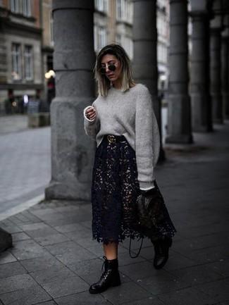 Come indossare e abbinare una cintura in pelle nera: Indossa un maglione oversize grigio con una cintura in pelle nera per un look spensierato e alla moda. Scegli un paio di stivali piatti stringati in pelle neri come calzature per un tocco virile.