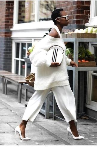 Come indossare: maglione oversize testurizzato bianco, gonna pantalone bianca, décolleté in pelle bianchi, pochette in pelle bianca e nera