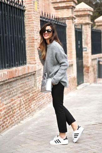 Come indossare e abbinare chino neri: Potresti combinare un maglione oversize lavorato a maglia grigio con chino neri per andare a prendere un caffè in stile casual. Sneakers basse in pelle bianche e nere sono una gradevolissima scelta per completare il look.