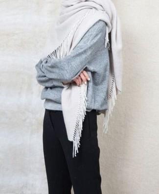Come indossare: maglione oversize grigio, pantaloni eleganti neri, sciarpa bianca