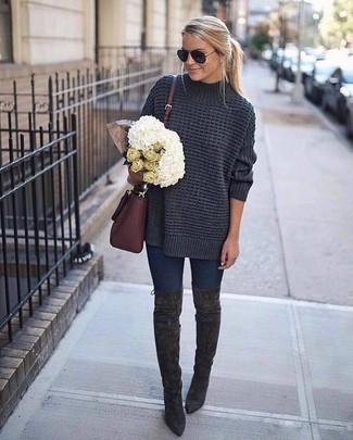 Come indossare e abbinare: maglione oversize lavorato a maglia grigio scuro, jeans aderenti blu scuro, stivali sopra il ginocchio in pelle scamosciata grigio scuro, borsa a tracolla in pelle bordeaux