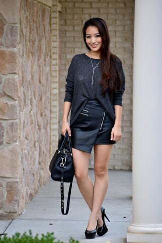 Per un outfit della massima comodità, abbina un maglione oversize lavorato a maglia grigio scuro con una minigonna in pelle nera. Impreziosisci il tuo outfit con un paio di décolleté in pelle neri.