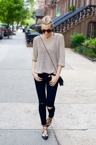 Come indossare: maglione oversize grigio, jeans aderenti strappati neri, ballerine in pelle nere, borsa a tracolla in pelle nera