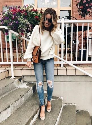 Come indossare: maglione oversize bianco, jeans aderenti strappati blu, sandali con tacco in pelle marrone chiaro, borsa a tracolla in pelle marrone